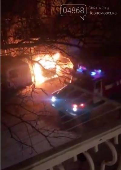 Жаркая ночь: в Черноморске снова горели машины, фото-1