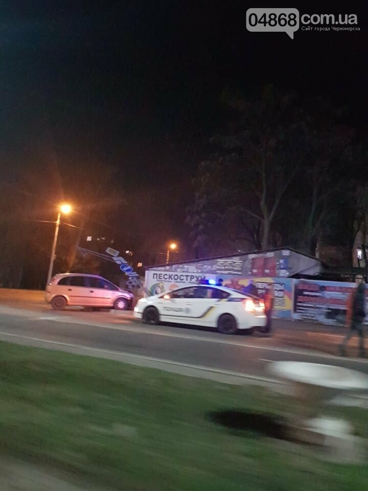 В Черноморске легковушка снесла светофор, фото-1