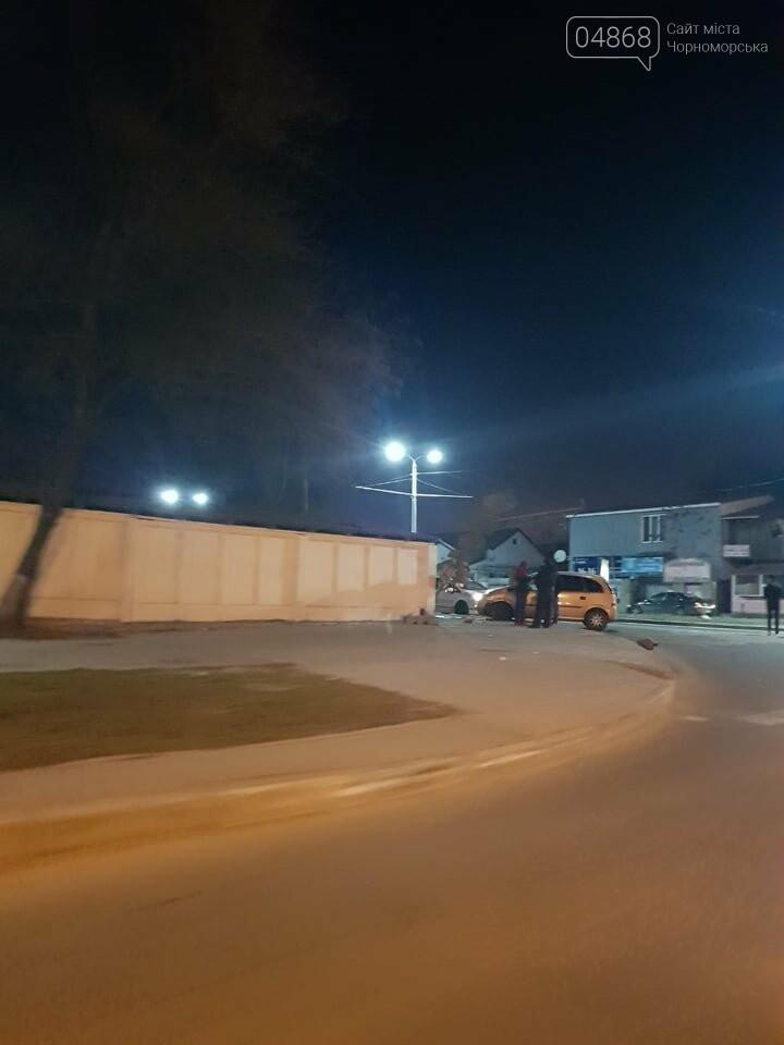 В Черноморске легковушка снесла светофор, фото-3