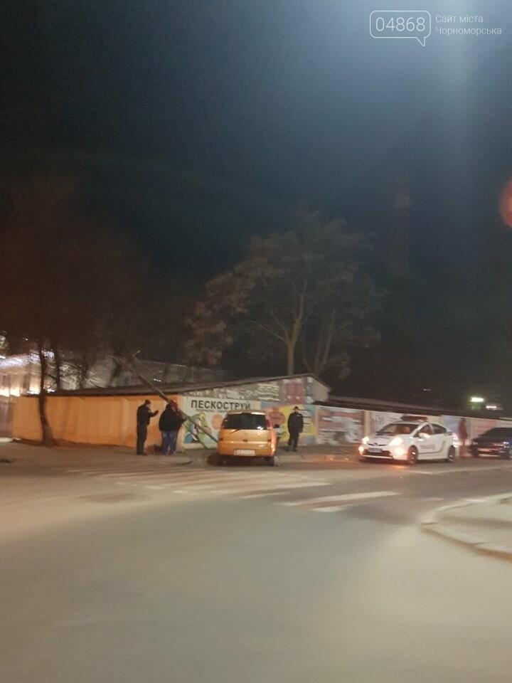 В Черноморске легковушка снесла светофор, фото-5
