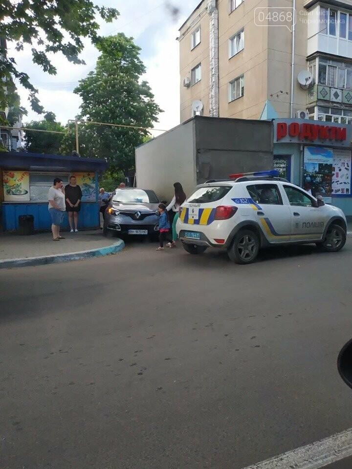 В Черноморске кроссовер и грузовик застряли в узком проезде, фото-1