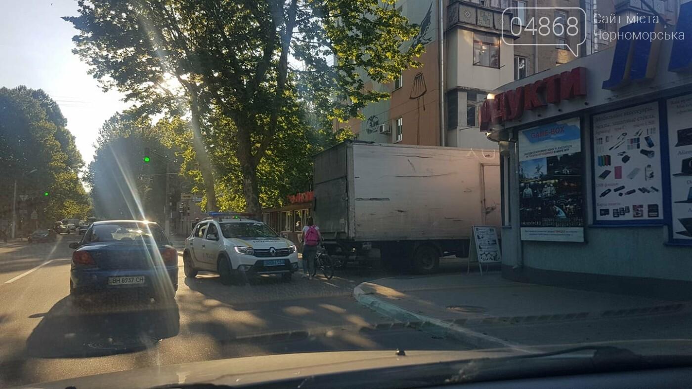 В Черноморске кроссовер и грузовик застряли в узком проезде, фото-2