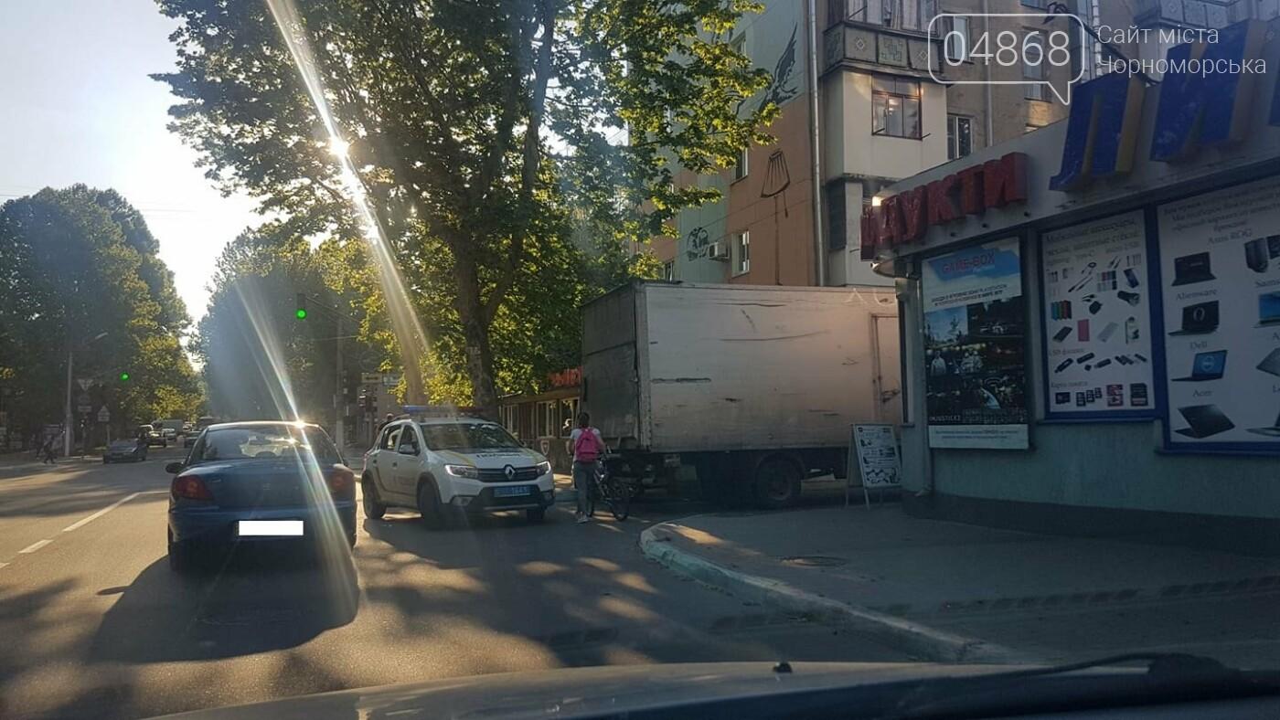В Черноморске кроссовер и грузовик застряли в узком проезде, фото-3