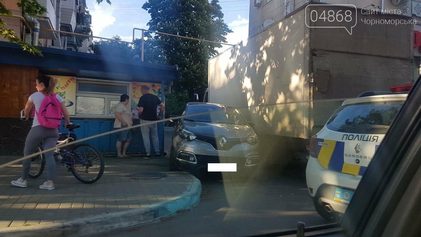 В Черноморске кроссовер и грузовик застряли в узком проезде, фото-4