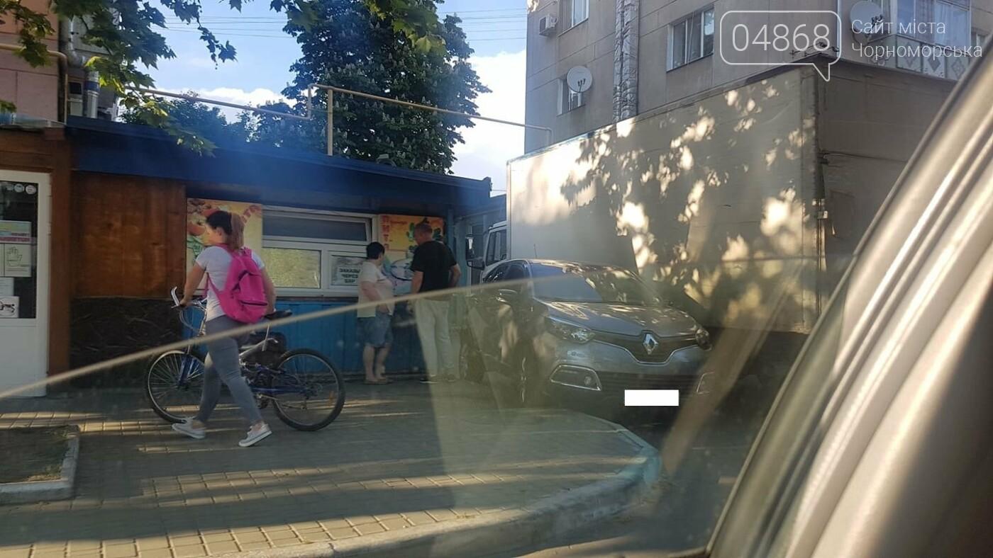 В Черноморске кроссовер и грузовик застряли в узком проезде, фото-5
