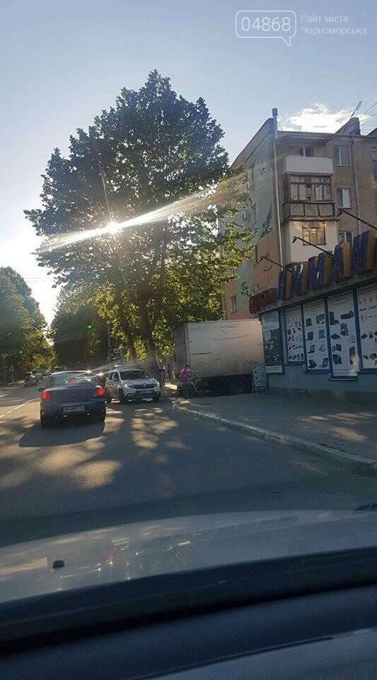 В Черноморске кроссовер и грузовик застряли в узком проезде, фото-6