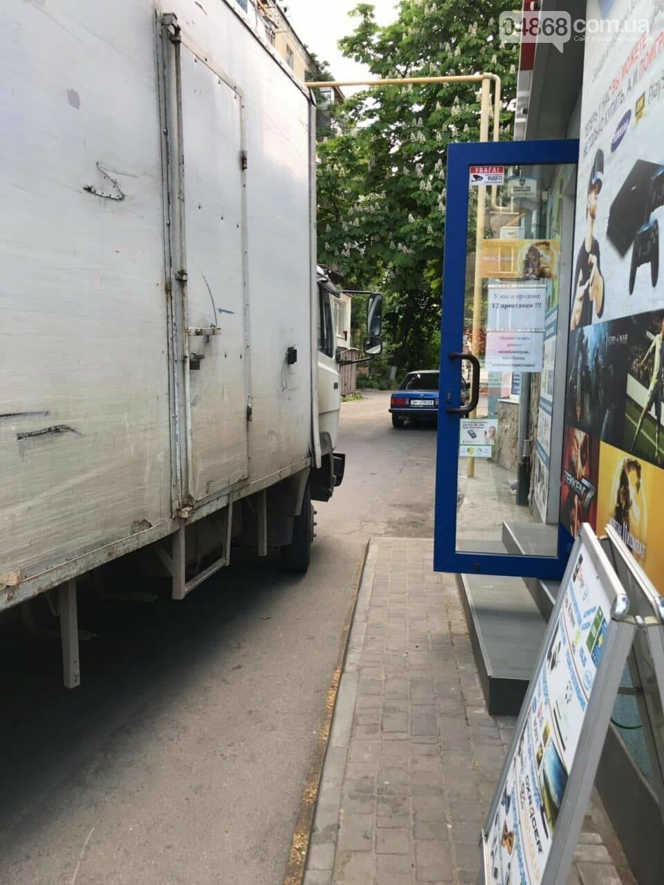 В Черноморске кроссовер и грузовик застряли в узком проезде, фото-7