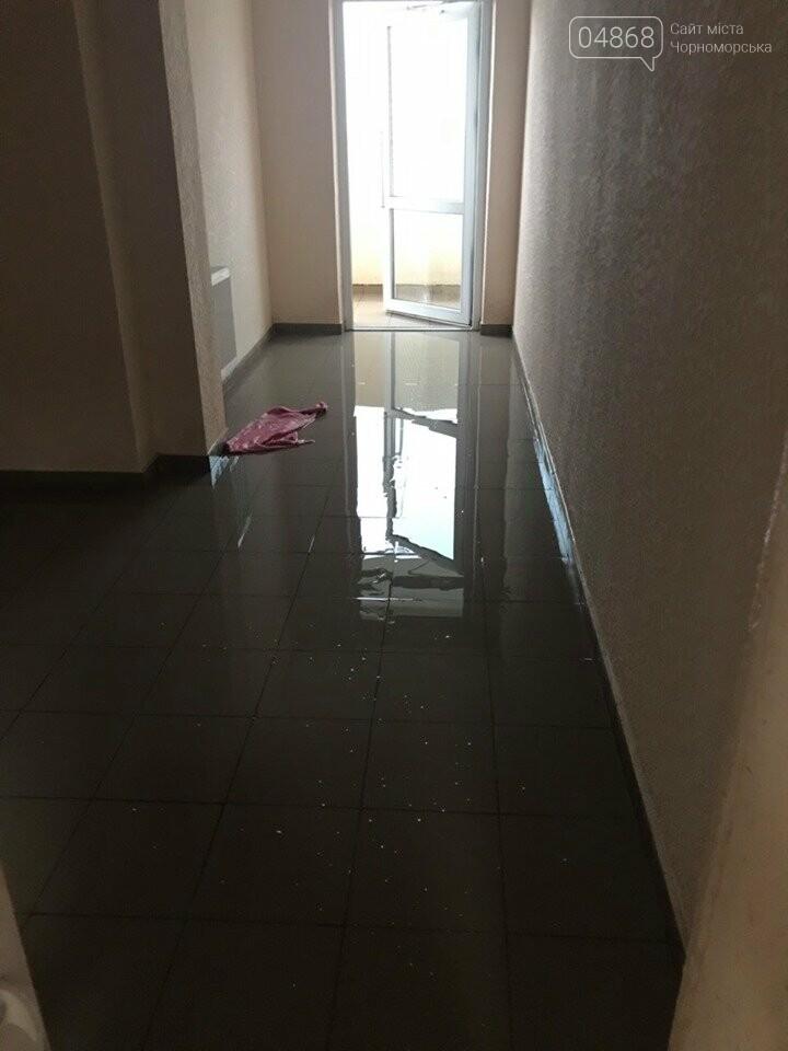 В Черноморске затопило новострой после проливного дождя, фото-1
