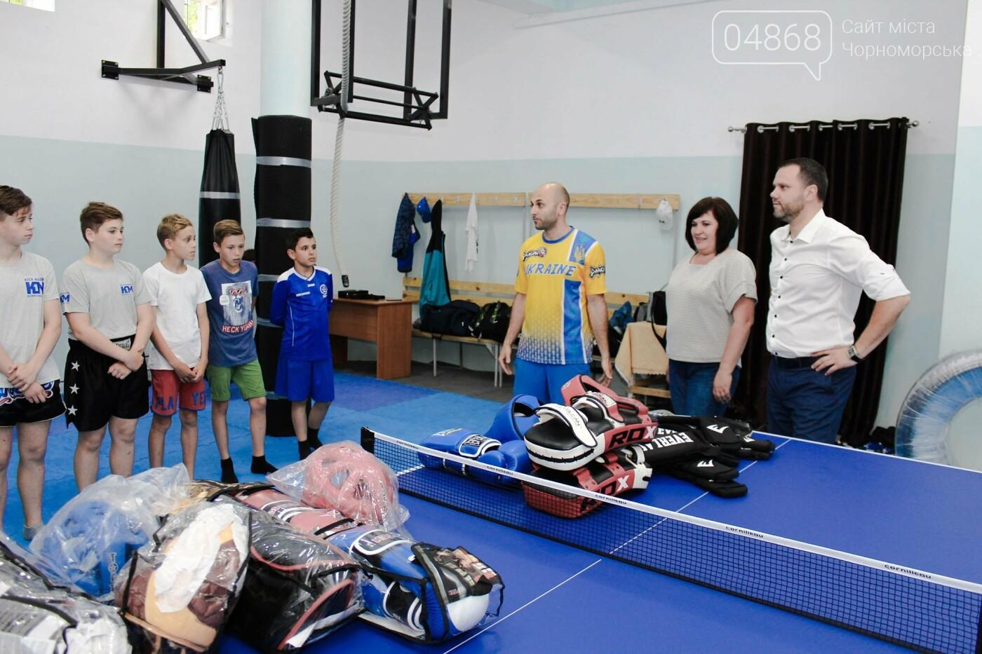 Спортивный инвентарь и теннисный стол: воспитанников клуба «Кик Мастер» поздравили с Днем защиты детей, фото-2