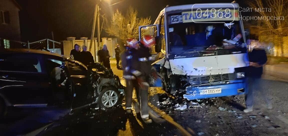 Возле Черноморска столкнулись маршрутка и легковушка: есть пострадавшие