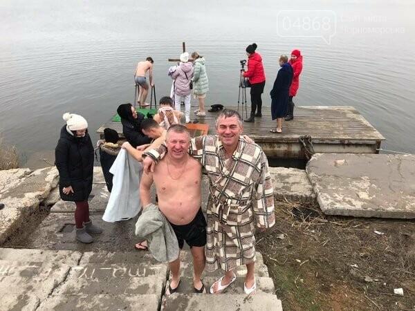 Жители Черноморска отметили Крещение традиционным купанием в море (видео), фото-4