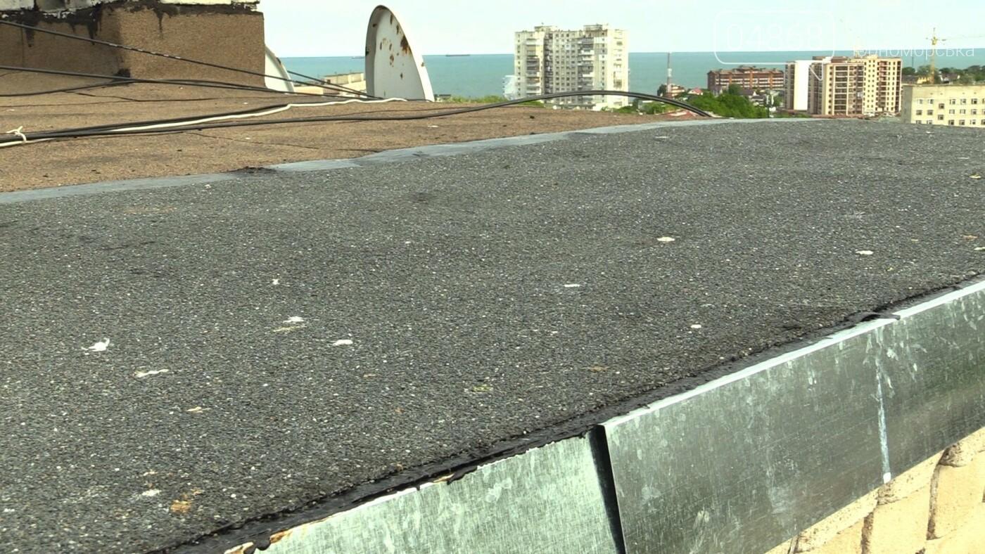 Оперативная помощь: в Черноморске отремонтировали крышу (видео), фото-1