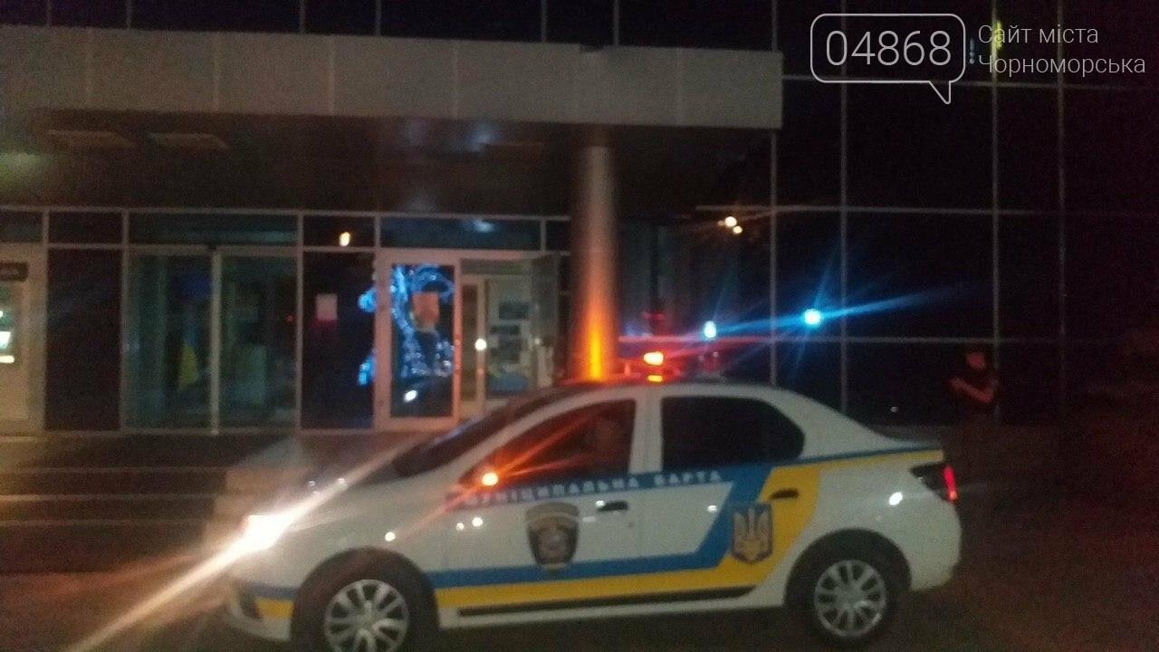 Пьяный мужчина разбил входные двери Черноморского исполнительного комитета (видео), фото-3