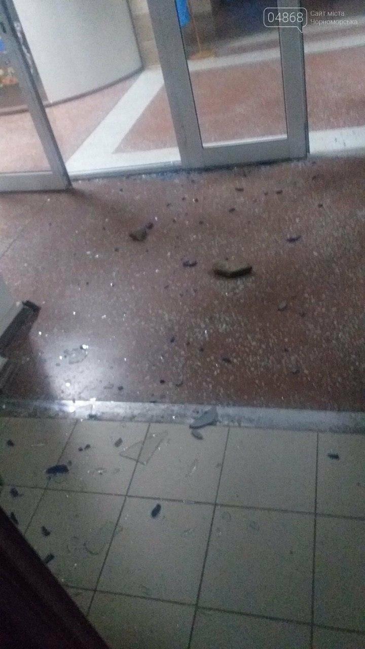 Пьяный мужчина разбил входные двери Черноморского исполнительного комитета (видео), фото-2