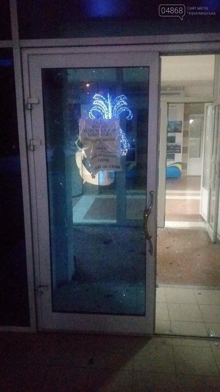 Пьяный мужчина разбил входные двери Черноморского исполнительного комитета (видео), фото-1