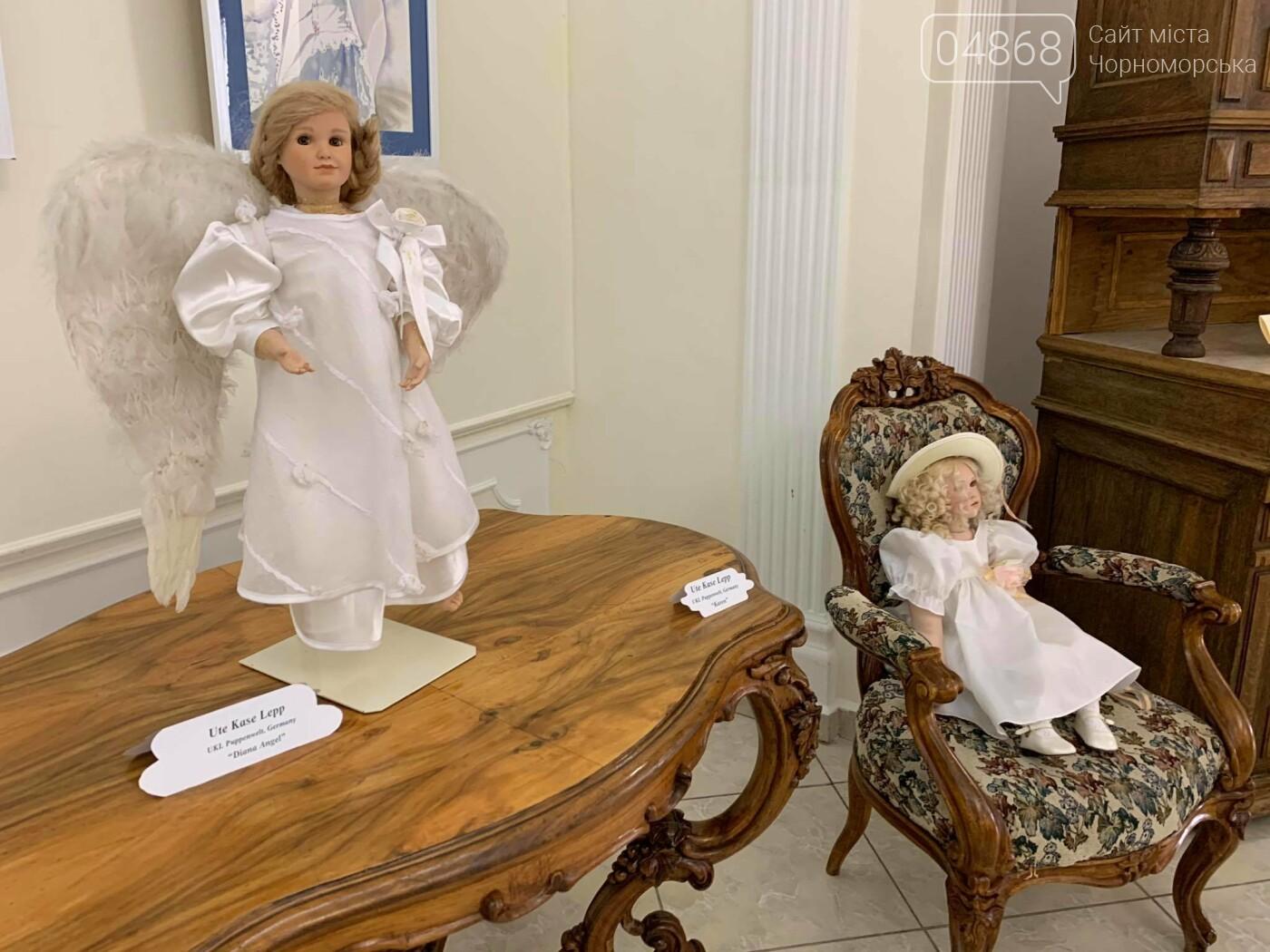 Как будто живые: в Черноморске проходит выставка фарфоровых кукол (видео), фото-17