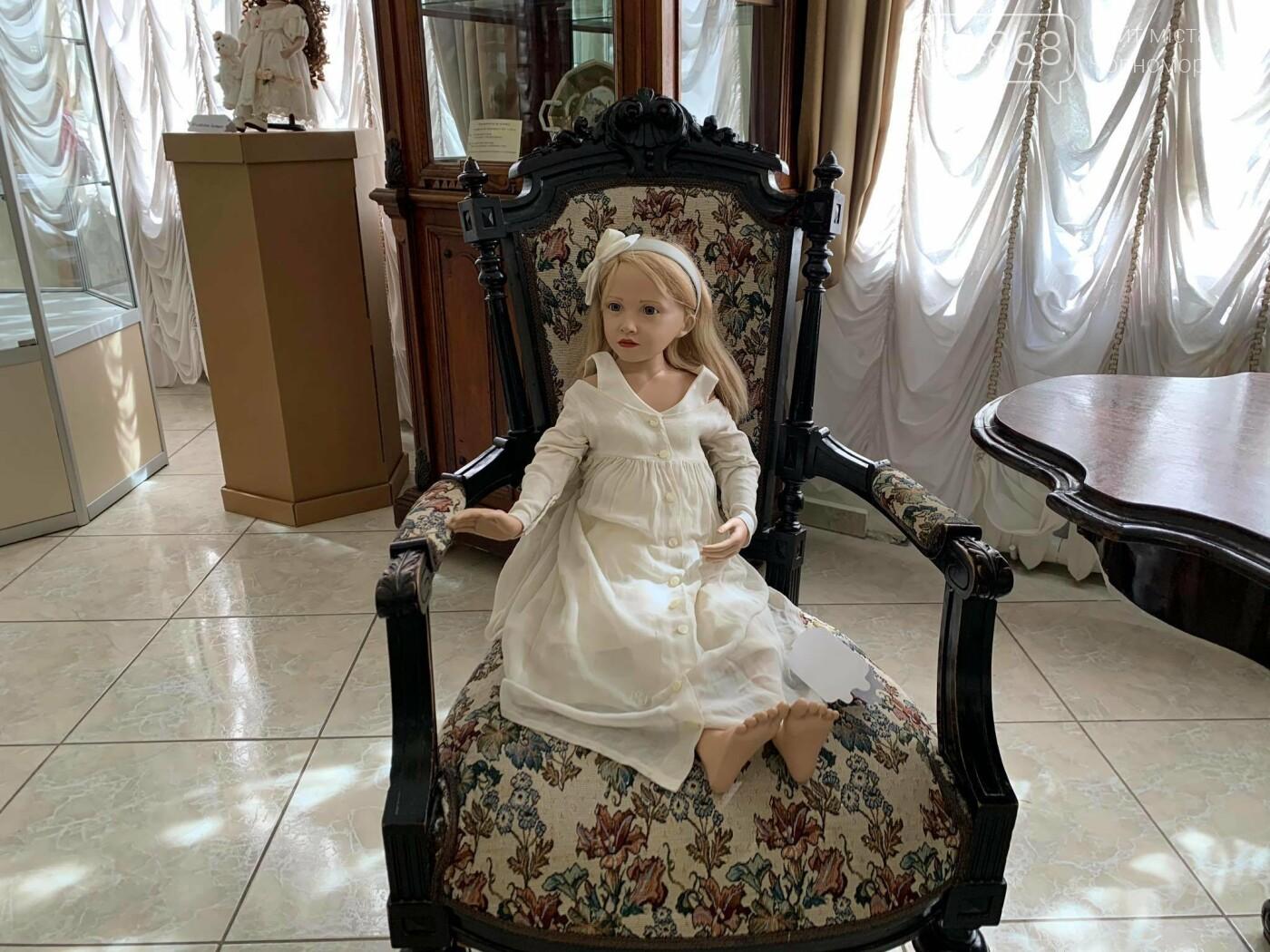 Как будто живые: в Черноморске проходит выставка фарфоровых кукол (видео), фото-16