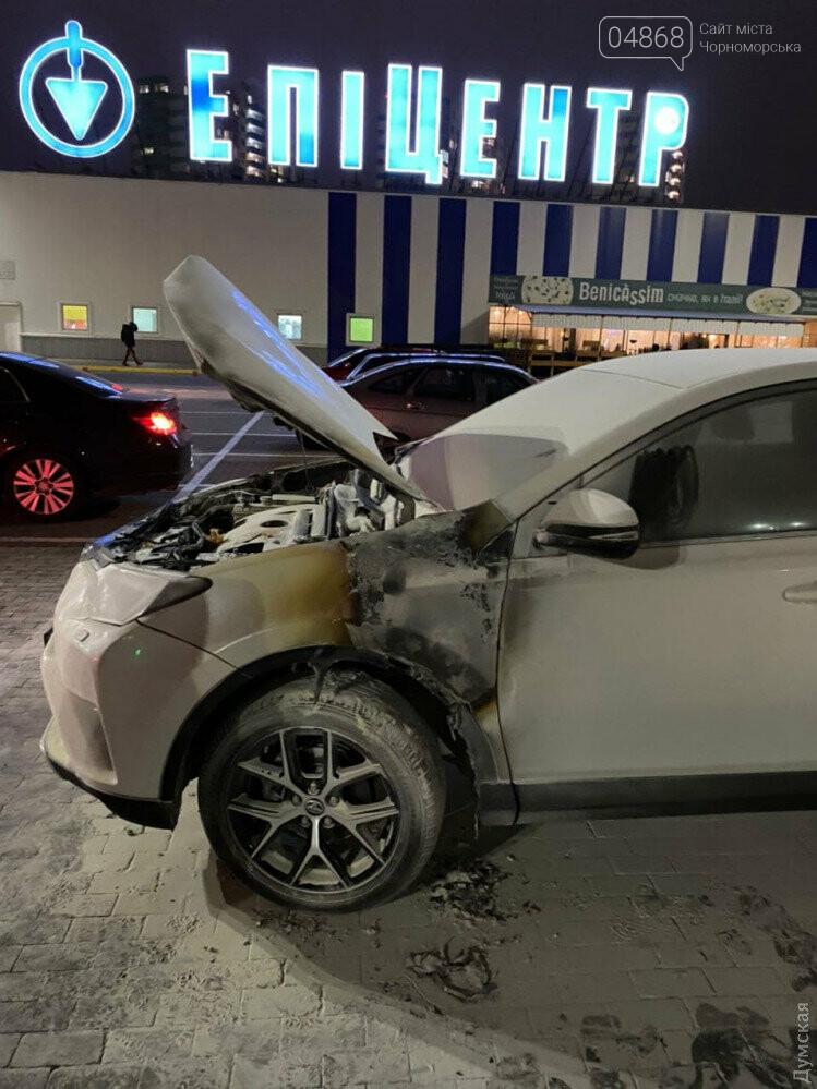 В Одессе возле «Эпицентра» подожгли машину известному адвокату, фото-1