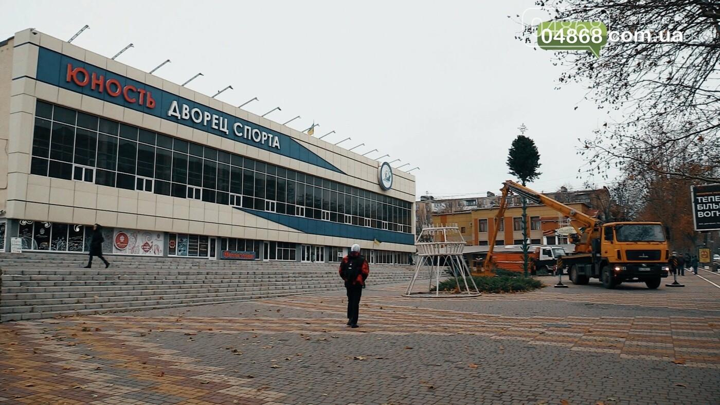 Праздник к нам приходит: в Черноморске устанавливают главную ёлку города (видео), фото-2