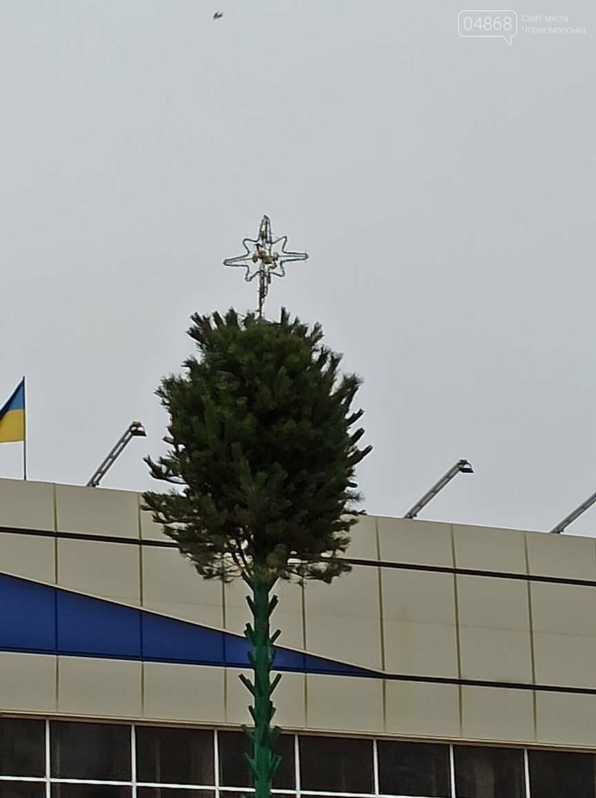 Праздник к нам приходит: в Черноморске устанавливают главную ёлку города (видео), фото-1