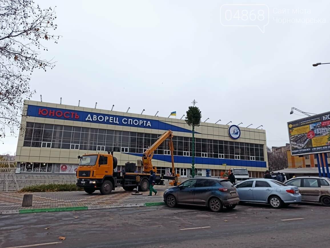 Праздник к нам приходит: в Черноморске устанавливают главную ёлку города (видео), фото-3