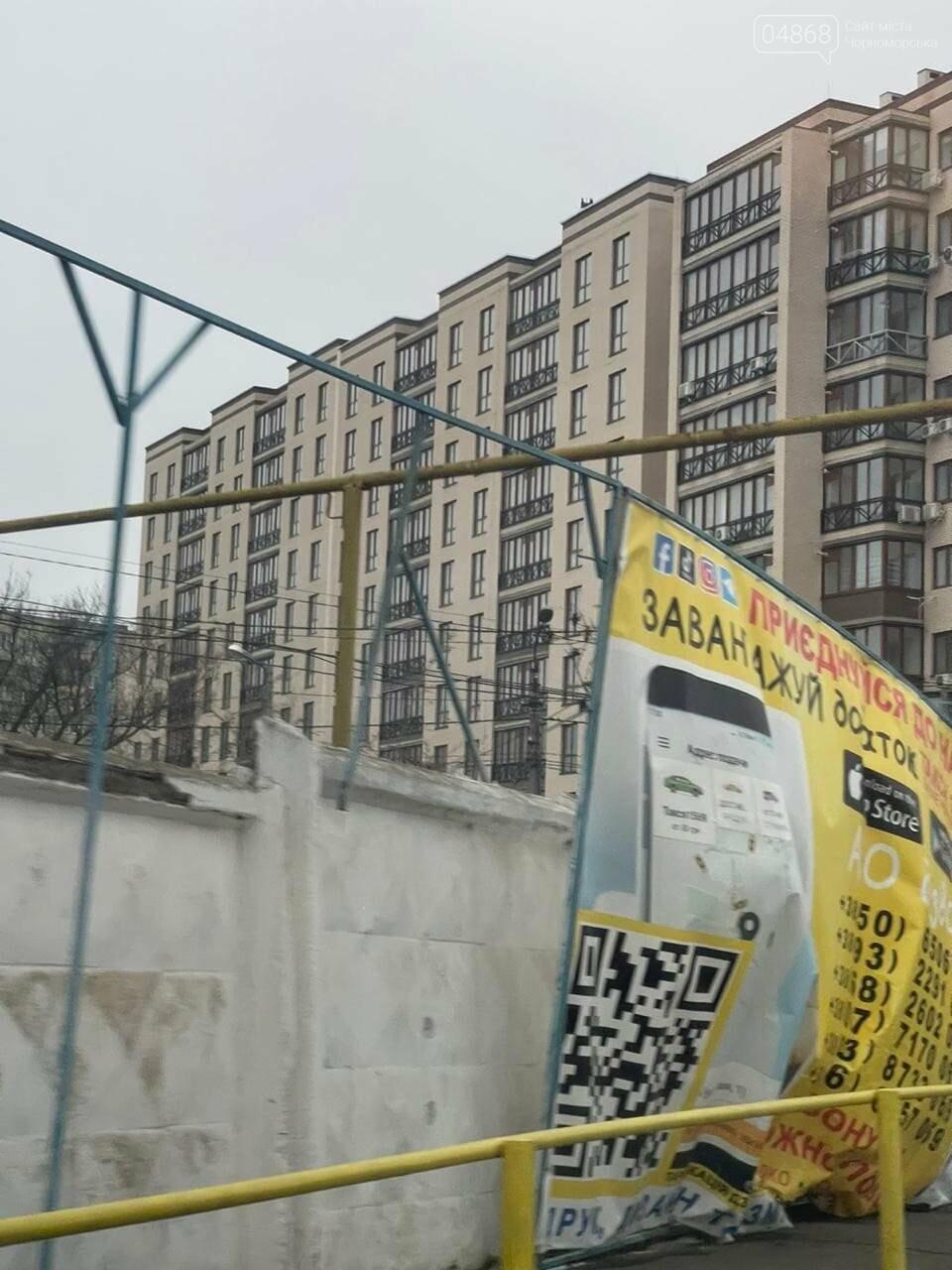 Штормовой ветер в Черноморске рушит рекламные конструкции, фото-2