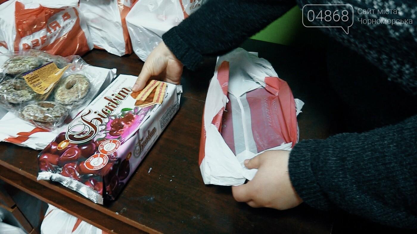 В Черноморске началась выдача предновогодних продуктовых наборов (видео), фото-3