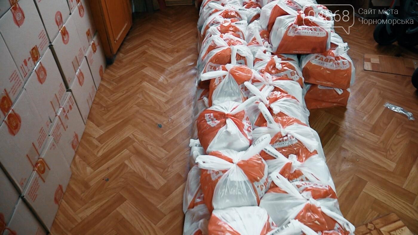 В Черноморске началась выдача предновогодних продуктовых наборов (видео), фото-4