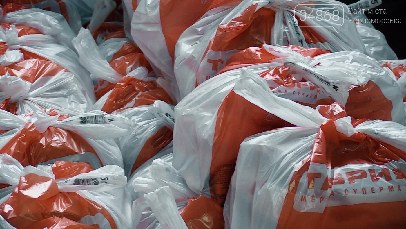 В Черноморске началась выдача предновогодних продуктовых наборов (видео), фото-5
