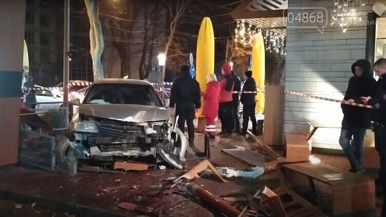 В Одессе автомобиль протаранил McDonald's, фото-1