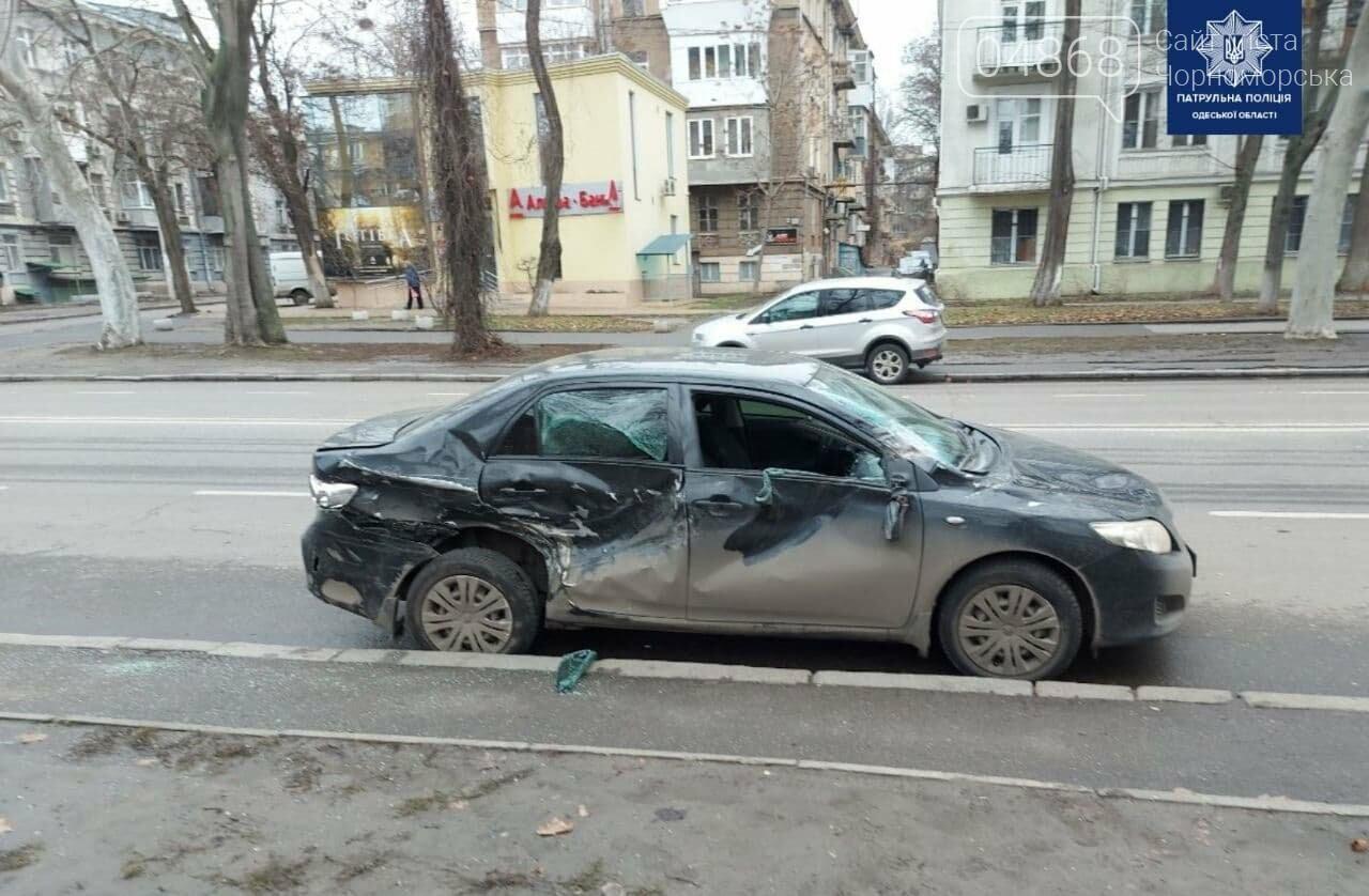 Одессит протаранил автомобиль, въехал в остановку и скрылся с места ДТП, фото-1