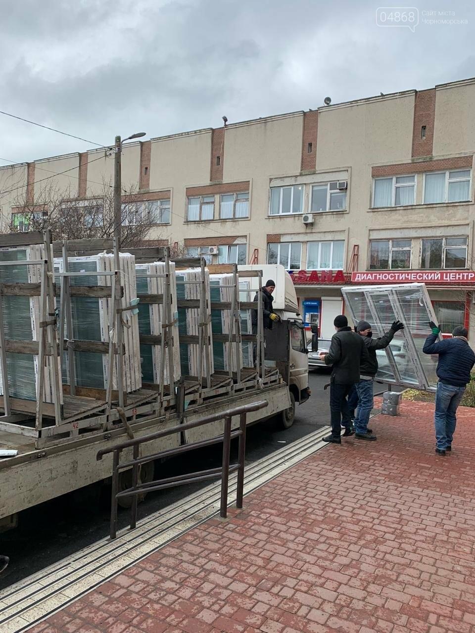 Будет теплее: в Черноморской поликлинике заменили 80 окон, фото-3