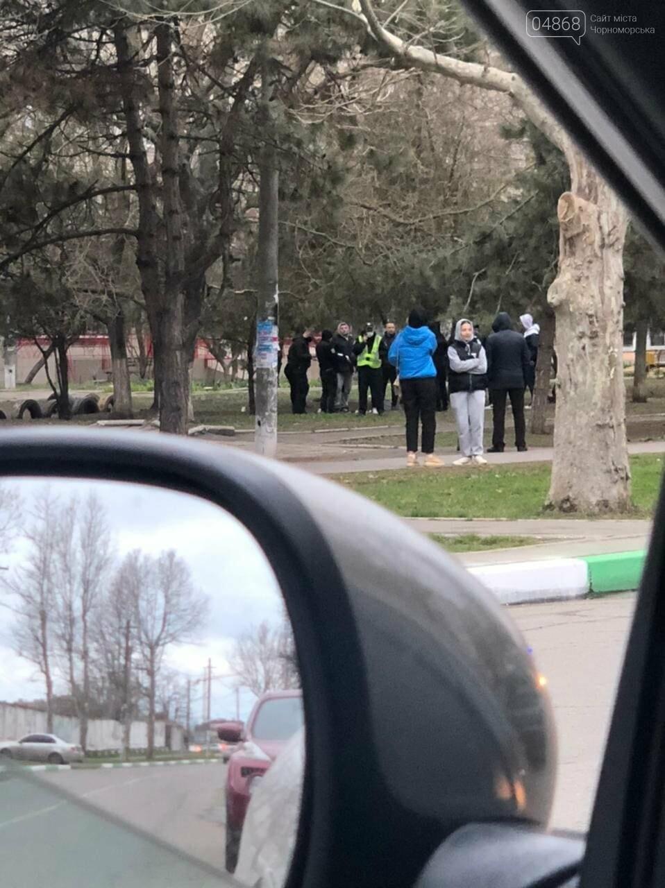В Черноморске злоумышленник нанес несколько ножевых ранений продавцу овощной лавки, фото-1