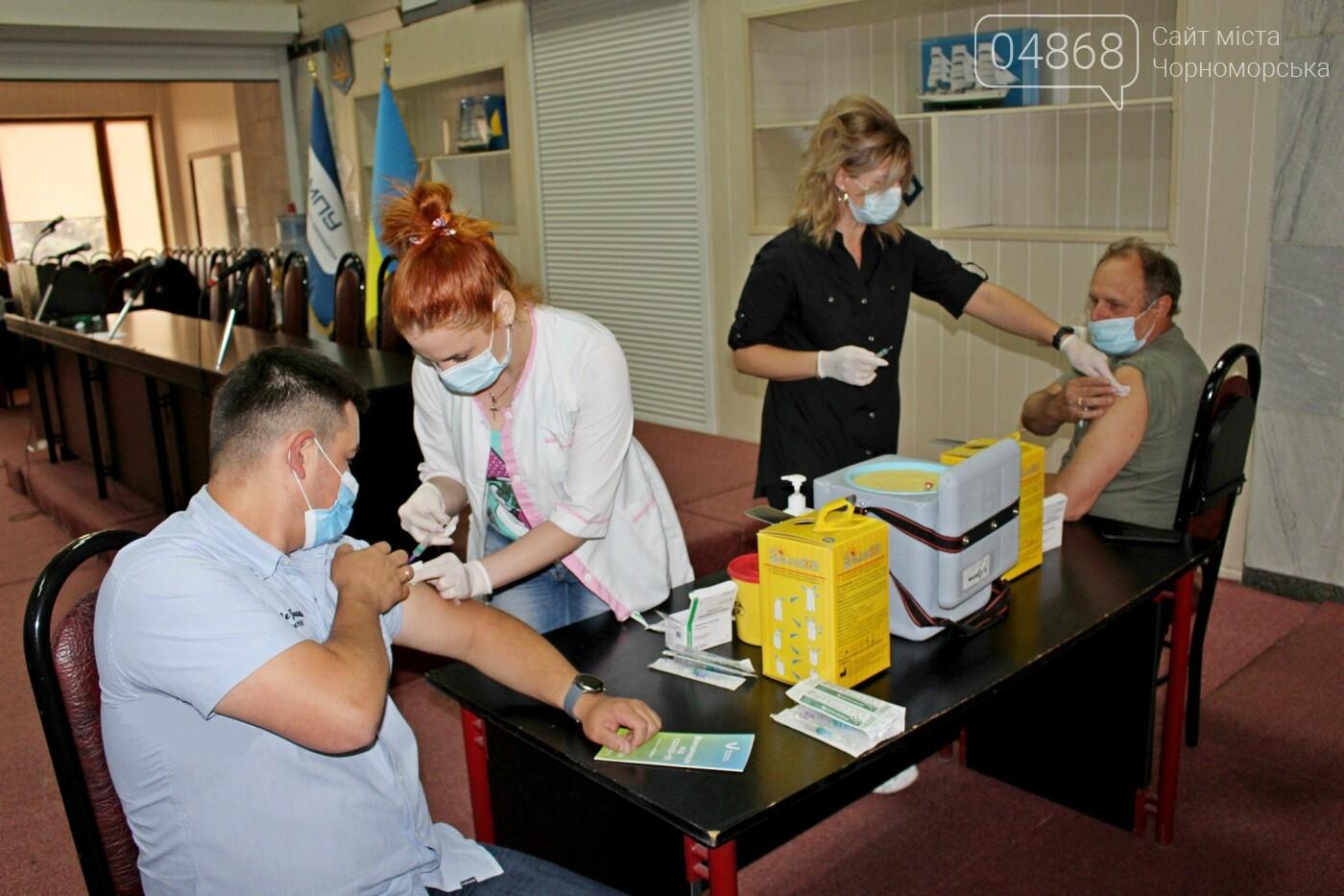 В порту Черноморска провели первый этап вакцинации от Covid-19 работников, фото-5