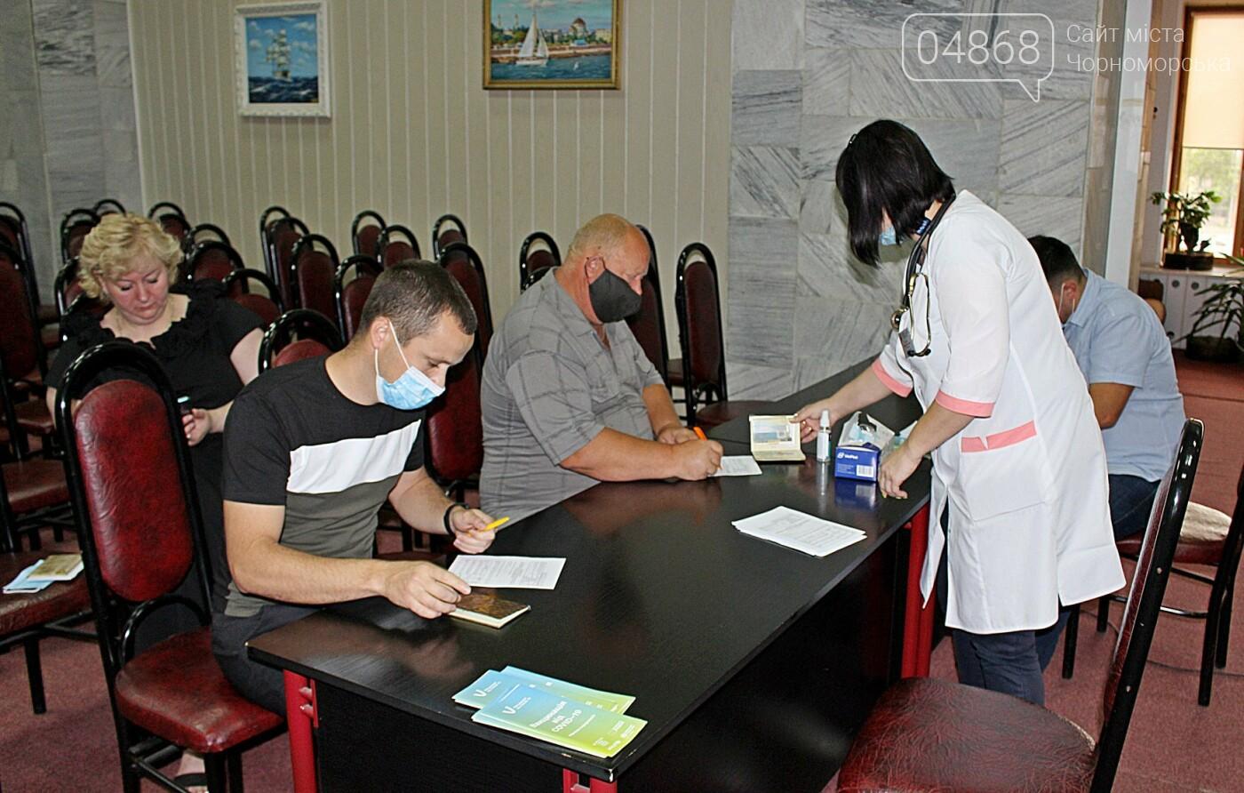 В порту Черноморска провели первый этап вакцинации от Covid-19 работников, фото-7
