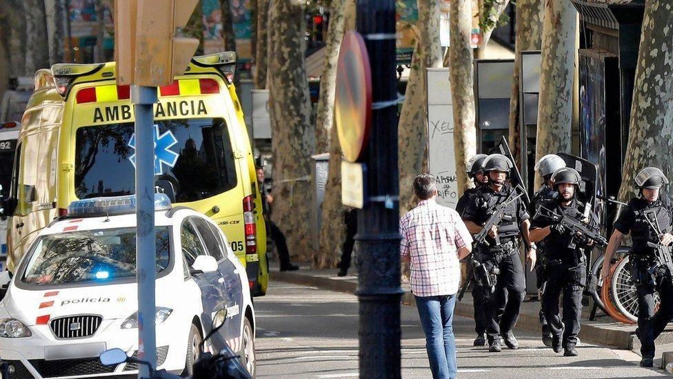 Террористическая атака на Барселону: десятки убитых и раненых, фото-3