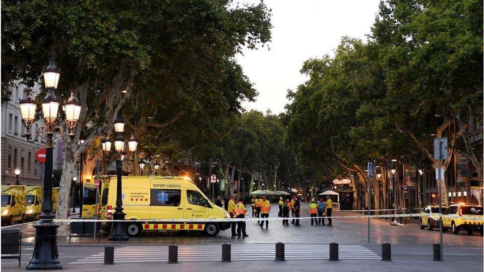 Террористическая атака на Барселону: десятки убитых и раненых, фото-4