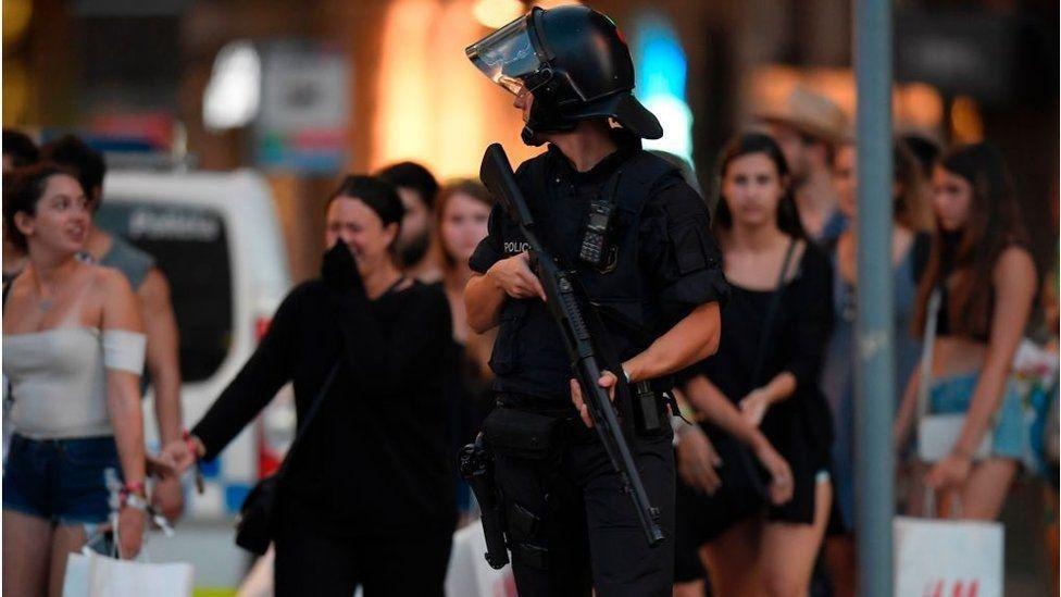 Террористическая атака на Барселону: десятки убитых и раненых, фото-5