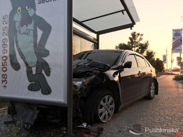 На «пятиминутке» в Черноморске очередное ДТП: «Toyota» врезалась в остановку, фото-3