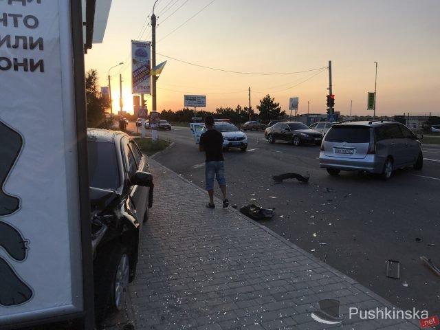На «пятиминутке» в Черноморске очередное ДТП: «Toyota» врезалась в остановку, фото-7