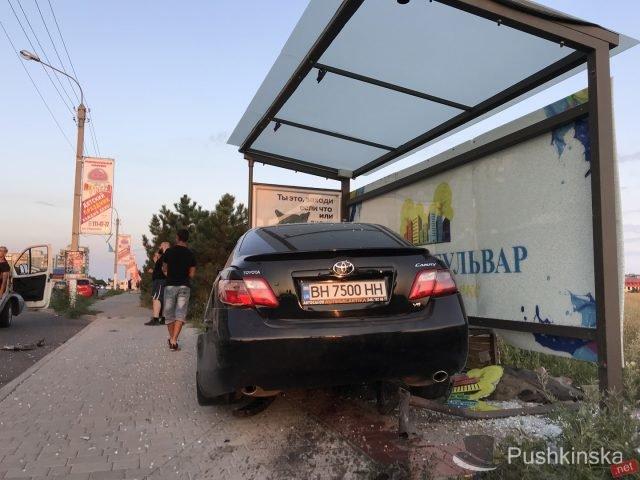 На «пятиминутке» в Черноморске очередное ДТП: «Toyota» врезалась в остановку, фото-6