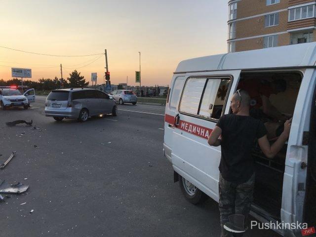 На «пятиминутке» в Черноморске очередное ДТП: «Toyota» врезалась в остановку, фото-2