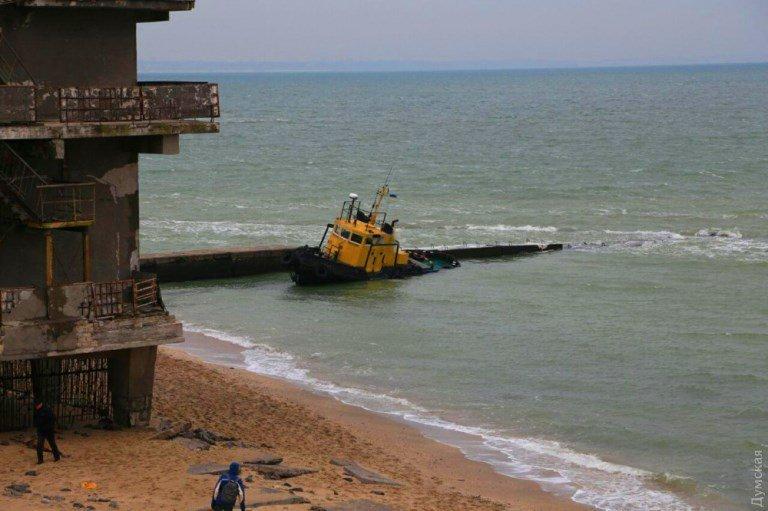 «Сигаретную» баржу в районе Рыбного порта Черноморска не могут снять с мели  , фото-5