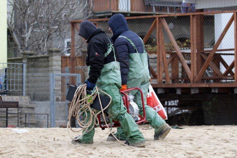 «Сигаретную» баржу в районе Рыбного порта Черноморска не могут снять с мели  , фото-3