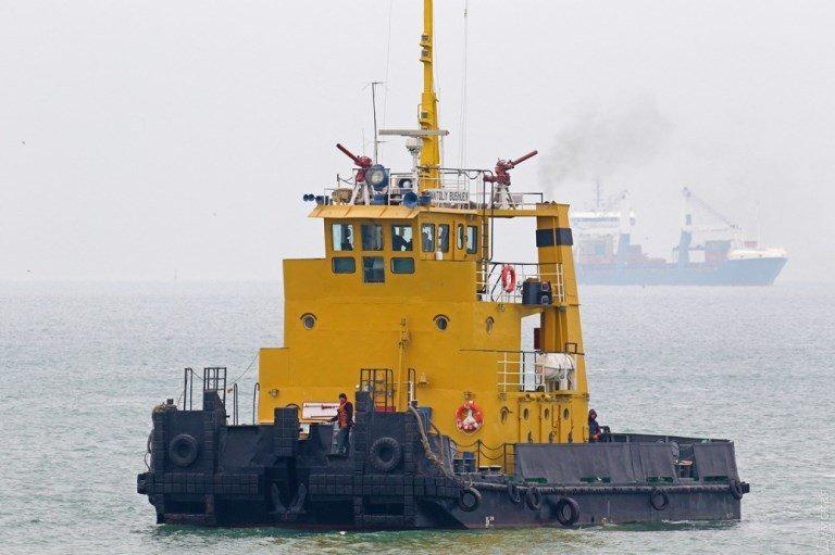 «Сигаретную» баржу в районе Рыбного порта Черноморска не могут снять с мели  , фото-2