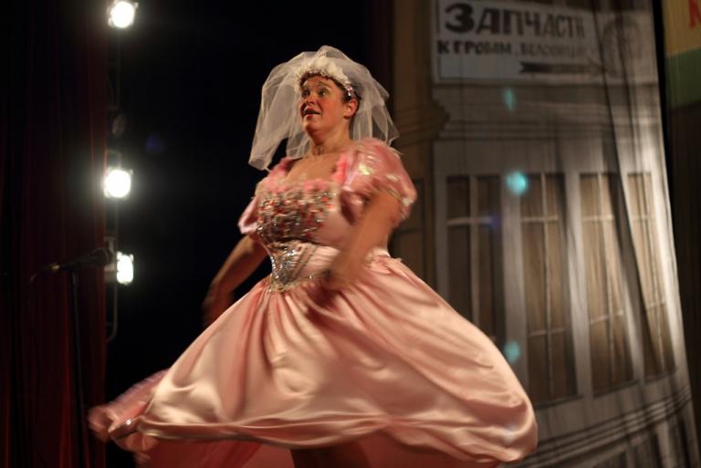 «За двумя зайцами»: в Черноморске покажут спектакль с участием Русланы Писанки, фото-1