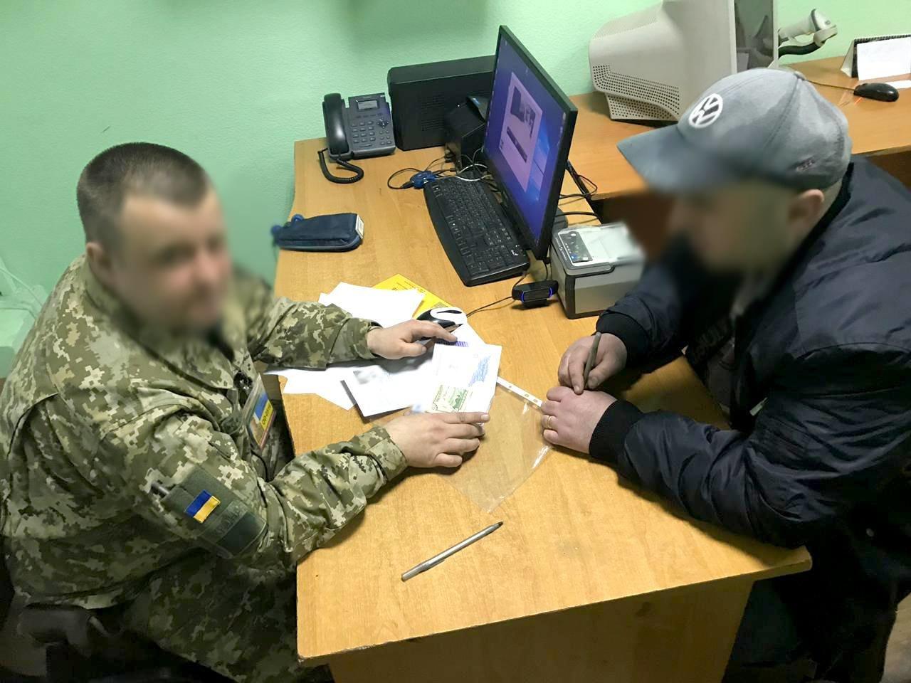 В Черноморске гражданин Грузии хотел решить свою проблему взяткой, фото-1
