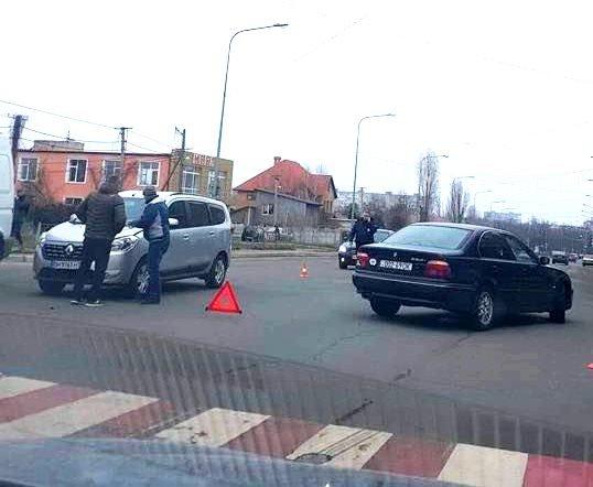 В Черноморске два автомобиля столкнулись на пешеходном переходе, фото-3