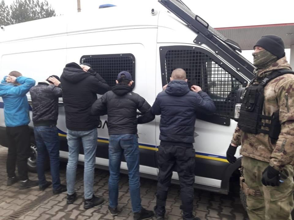 Под Одессой полиция задержала группу вооружённых молодых людей, фото-1