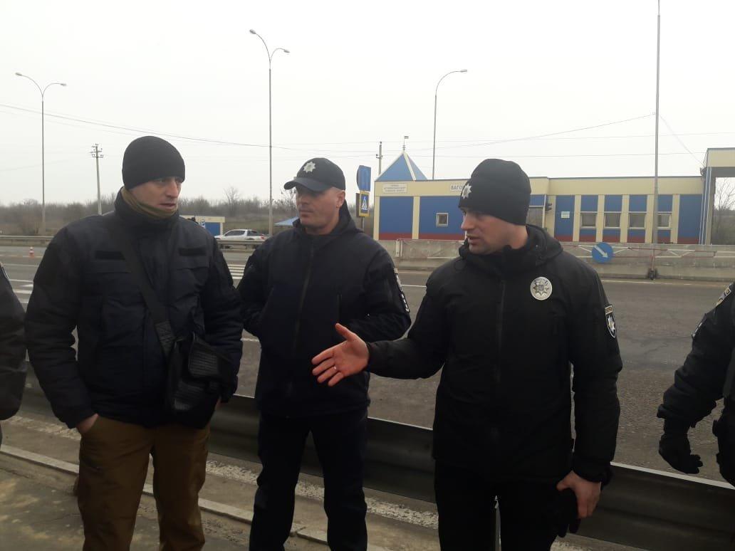 Под Одессой полиция задержала группу вооружённых молодых людей, фото-7